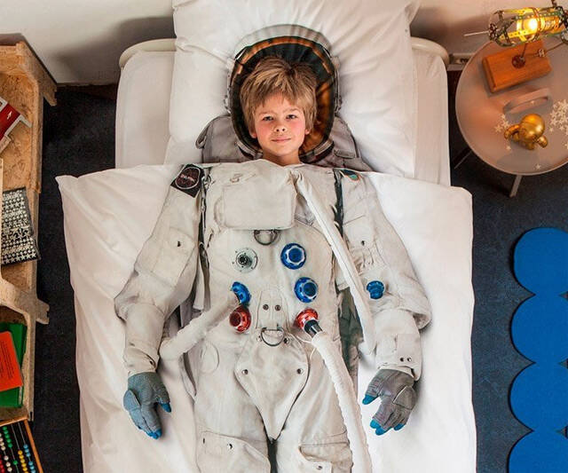 Space Astronaut Bed Set - http://coolthings.us