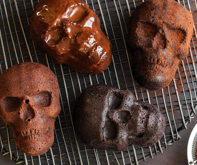 Haunted Skull Cakelet Pan - http://coolthings.us