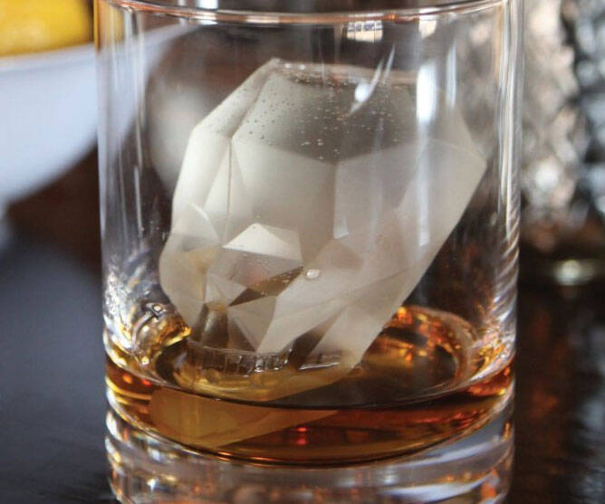 Skull Ice Cube Mold - http://coolthings.us