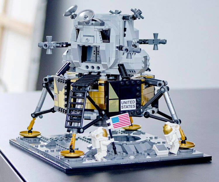 LEGO Apollo 11 Lunar Lander - http://coolthings.us