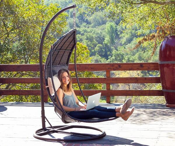 Outdoor Swinging Lounge - http://coolthings.us